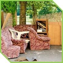 Вывоз и утилизация старой мебели из квартиры кресла и шкаф с мусором СПб