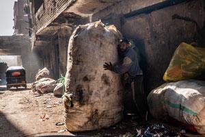 Вывоз и сбор мусора требует сноровки и ловкости